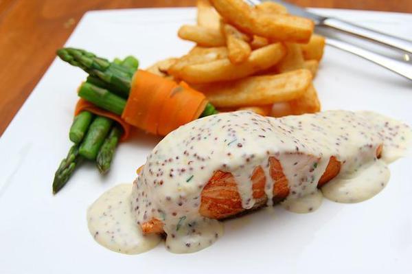 Стейк красной рыбы под сливочным соусом