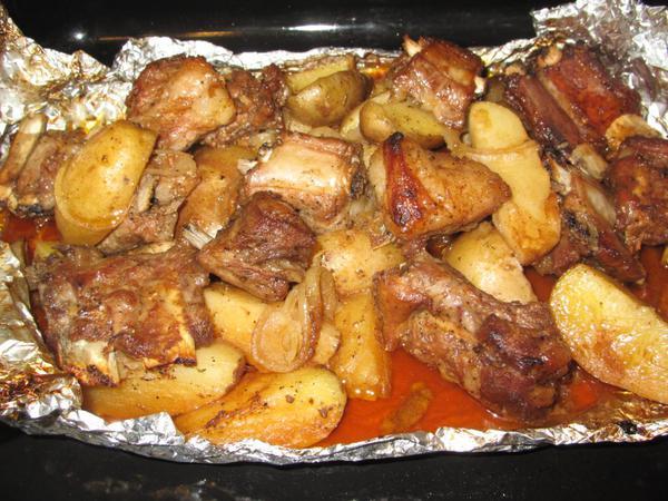 Запечённая под фольгой картошка с мясом