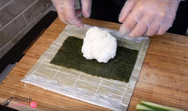 Положите рис в центр листа
