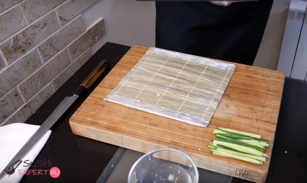 Постелите бамбуковую циновку