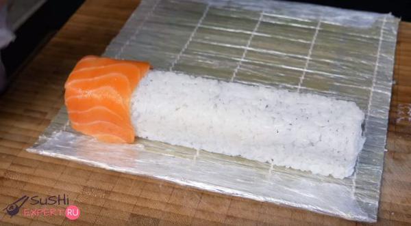 Укладываются кусочки лосося